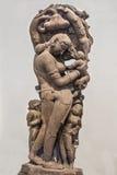 Bemuttern Sie die hätschelnde kinder- archäologische Statue, die vom Sandstein gemacht wird Lizenzfreie Stockfotos