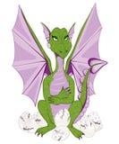 Bemuttern Sie Drachen mit den purpurroten Flügeln, die auf Eiern sitzen Lizenzfreie Stockfotografie