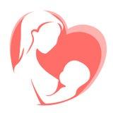 Bemuttern Sie Fütterungskind durch Brust auf Hintergrund des roten Herzens stock abbildung