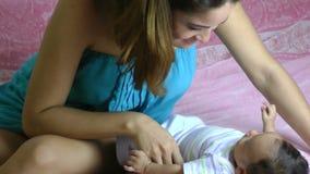 Bemuttern Sie Haben des Spaßes mit ihrem kleinen neugeborenen Baby stock footage