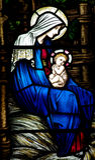 Bemuttern Sie Mary mit Baby Jesus (Geburt Christi) im Buntglas Lizenzfreie Stockfotografie
