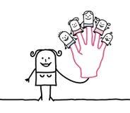 Bemuttern Sie mit fünf Marionettenkindern auf Fingern Stockfotos