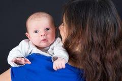 Bemuttern Sie mit ihrem 1 Monate alte Baby Stockfotos