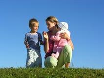 Bemuttern Sie mit Kindern 2 Stockfotos
