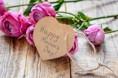 Bemuttern Sie ` s Tagesgeschenk mit Pfingstrosenblumen, Text und Grußkarte lizenzfreie stockfotografie