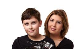Bemuttern Sie und der Sohn auf einem weißen Hintergrund Lizenzfreies Stockbild