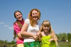 Bemuttern Sie und der Spaß mit zwei Töchtern Stockbild