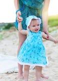 Bemuttern Sie und ihr Baby, das Spaß am Strand hat Stockfotos
