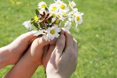 Bemuttern Sie und Ihr Kind, das einen schönen Frühlingsblumenblumenstrauß hält lizenzfreies stockfoto