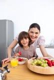 Bemuttern Sie und ihr Kind, das frühstückt Lizenzfreies Stockbild