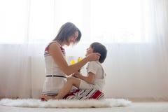 Bemuttern Sie und ihr Kind und mit Weichheit und Sorgfalt umfassen Stockfoto