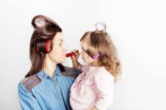 Bemuttern Sie und ihr Kindertochtermädchen mit einem Lippenstift lizenzfreie stockbilder