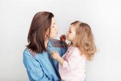 Bemuttern Sie und ihr Kindertochtermädchen mit einem Lippenstift lizenzfreie stockfotos