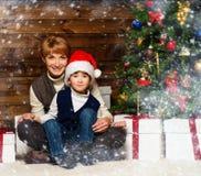 Bemuttern Sie und ihr kleiner Junge in Sankt-Hut Stockbilder