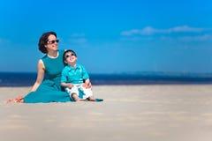 Bemuttern Sie und ihr netter kleiner Sohn am tropischen Strand Stockbilder