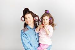 Bemuttern Sie und ihre Kindertochter mit einem Lippenstift Porträt eines lov lizenzfreie stockfotografie
