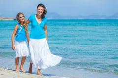 Bemuttern Sie und ihre Tochter, die Spaß auf Strand hat Stockfoto