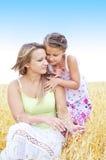 Bemuttern Sie und ihre Tochter am Weizenfeld lizenzfreie stockfotos