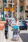 Bemuttern Sie und zwei Kinder, die in Stadtzentrum gehen stockfoto