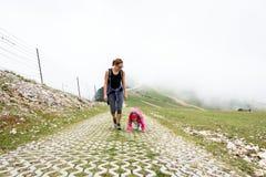 Bemuttern Sie und zwei Töchter, die in den Bergen wandern Lizenzfreies Stockfoto