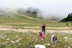 Bemuttern Sie und zwei Töchter, die in den Bergen wandern Lizenzfreie Stockbilder