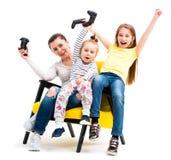 Bemuttern Sie und zwei Töchter, die Spiele mit Steuerknüppel spielen lizenzfreie stockfotografie