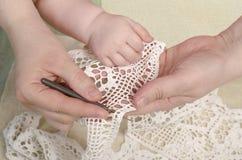 Bemuttern Sie unterrichtende Tochter, Kind, Mädchen Knit, handgemacht Lizenzfreie Stockfotografie