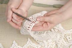 Bemuttern Sie unterrichtende Tochter, Kind, Mädchen Knit, Handwerk Lizenzfreies Stockbild