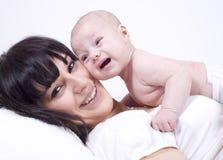 Bemuttert Gefühle mit neugeborenem Schätzchen Stockfotografie