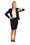 Benägenhet för affärskvinna på imaginärt hörn arkivfoto