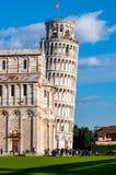 Benägenhettorn av Pisa i piazzadeien Miracoli arkivfoto