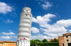 Benägenhettornet Torre gjorde Pisa på den Piazza del Miracoli fyrkanten royaltyfri foto