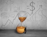 Benäget timglas för affärsmaninnehav Arkivfoton