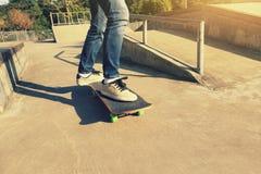 Benövning som skateboarding på skatepark Arkivfoto