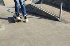 Benövning som skateboarding på skatepark Royaltyfria Foton