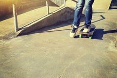 Benövning som skateboarding på skatepark Royaltyfri Bild