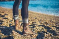 Ben av anseendet för ung kvinna på stranden Royaltyfria Foton