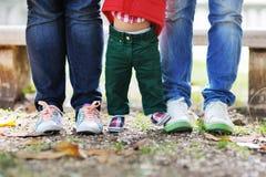 Ben av barnet och föräldrarna Arkivbild