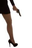 Ben av den farliga kvinnan med handeldvapnet och svartskokonturn Arkivbilder