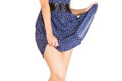 Ben av den härliga modellen som täckas med den korta preaty kjolen arkivbild