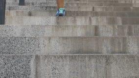 Ben av den kvinnliga studenten som kör långsamt ner trappa i universitetet, slut av grupper stock video