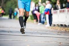 Ben av den oigenkännliga löparen utomhus Långdistans- spring arkivfoto
