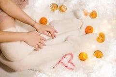 Ben av en flicka i vita sockor arkivfoto