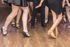 Ben av en grupp av unga dansare royaltyfria foton