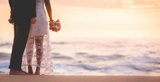Ben av förälskelse kopplar ihop frun och maken som kysser på stranden som rymmer arkivfoto