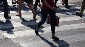 Ben av folkmassafolk som går på övergångsstället Närbild av folkmassafot Stadsfolkmassa stock video