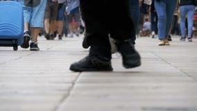 Ben av folkmassafolk som går på gatan i ultrarapid stock video