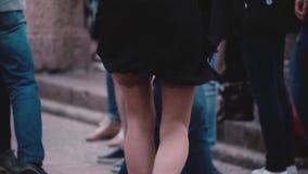 Ben av mannen och kvinnan som tillsammans dansar en latin - amerikansk dans och att ha gyckel i närbilden för ultrarapid för gata lager videofilmer
