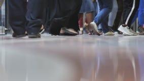 Ben av passagerare i den underjordiska tunnelbanan av Dubai lager videofilmer