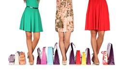 Ben av tre glamorösa flickvänner med paperbags Arkivbilder